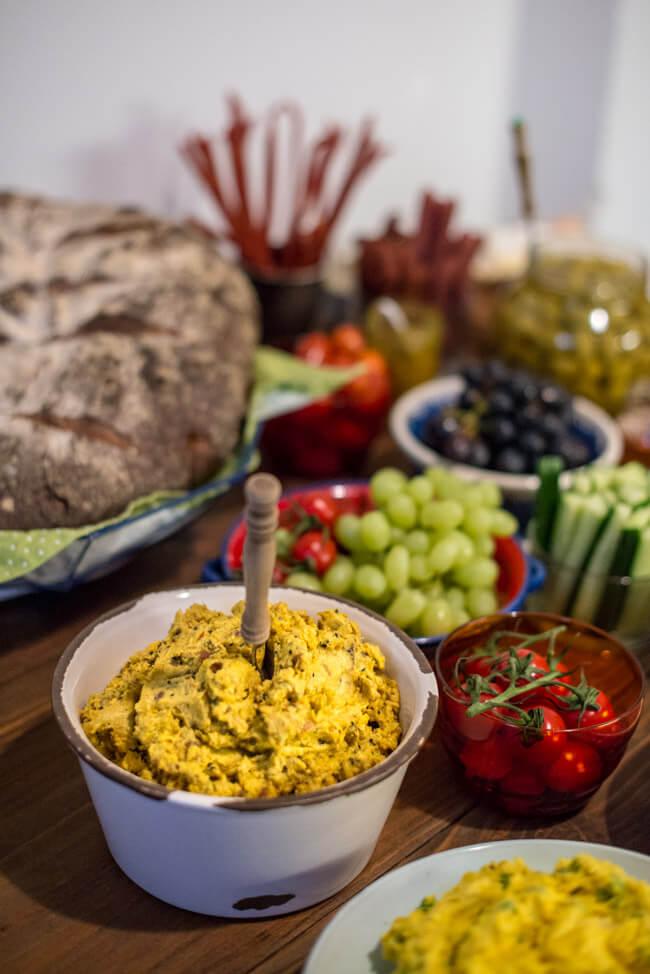 Die Freuden des Sultans. Orientalischer Brotaufstrich mit Datteln, Curry und Zimt