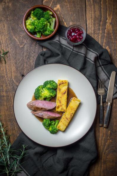 rehrücken gebraten rosmarin polenta schnitten brokkoli rotwein jus wildgericht wild kochen rehfilet dinner