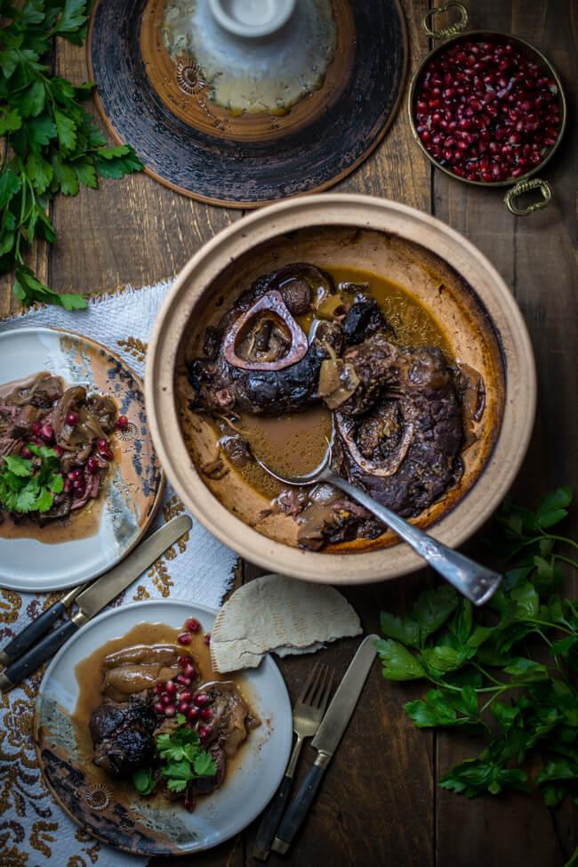 marokkanische tajine mit rindfleisch datteln auberginen granatapfel rinderbeinscheibe schmorgericht fladenbrot