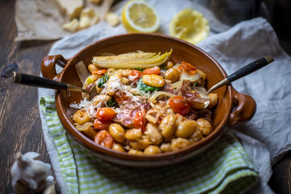 Iralienische Pasta: Gnocchi mit Chicorée, Tomaten, Bacon und PArmesan