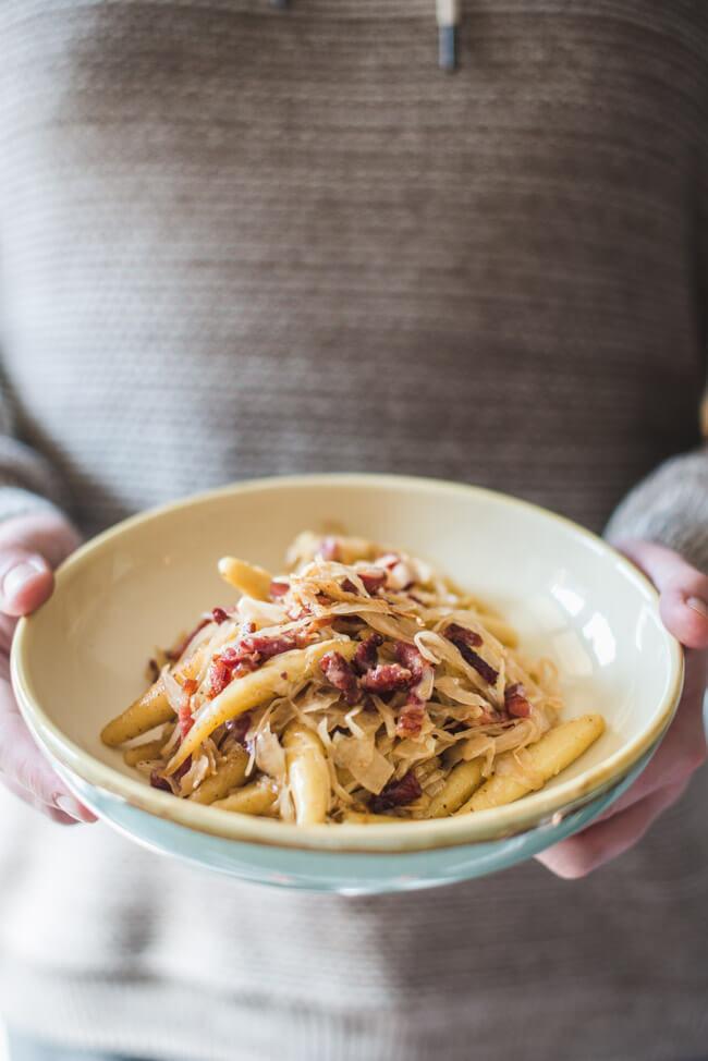 sauerkraut selbst machen fermentieren weißkohl milchsauer vergoren fermentation vegan natürlich traditionell schupfnudeln mit speck