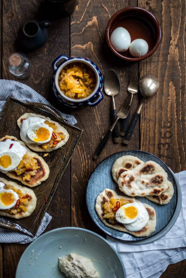 Schnelles Abendessen Fladenbrot mit Mango-Chutney und Eiern nach Jamie Oliver