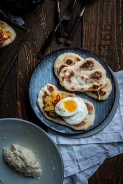 Jamie Oliver Rezept Fladenbrot Mangochutney Eier Joghurt chili Chutney vegetarisch veggie 5 Zutaten Küche Kochbuch