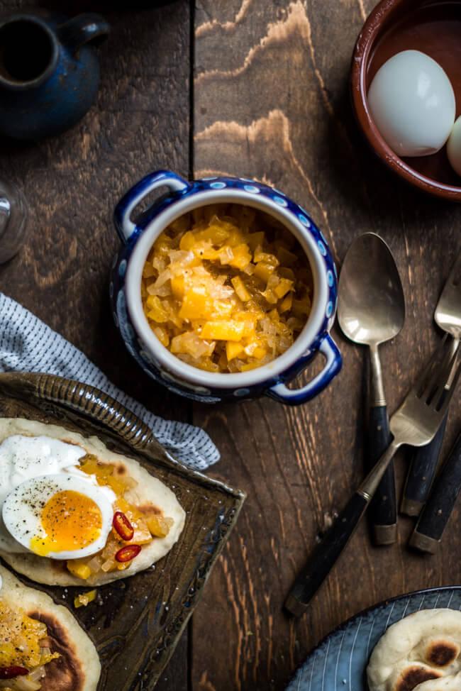 Mangochutney auf Fladenbrot mit Eiern nach Jamie Oliver