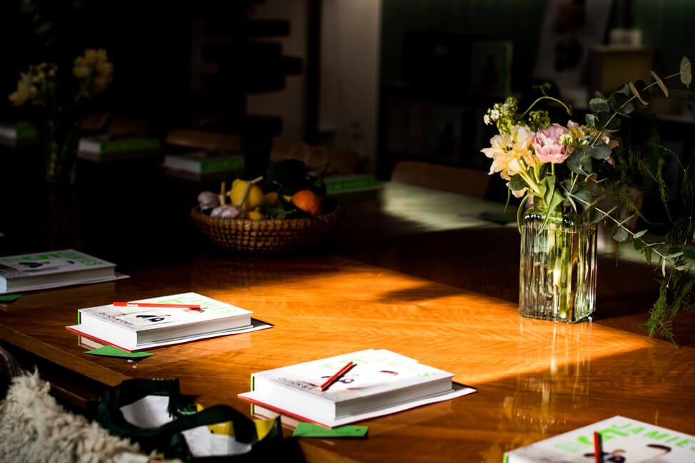 Sonnenlicht scheint auf Tisch und Blumenvase