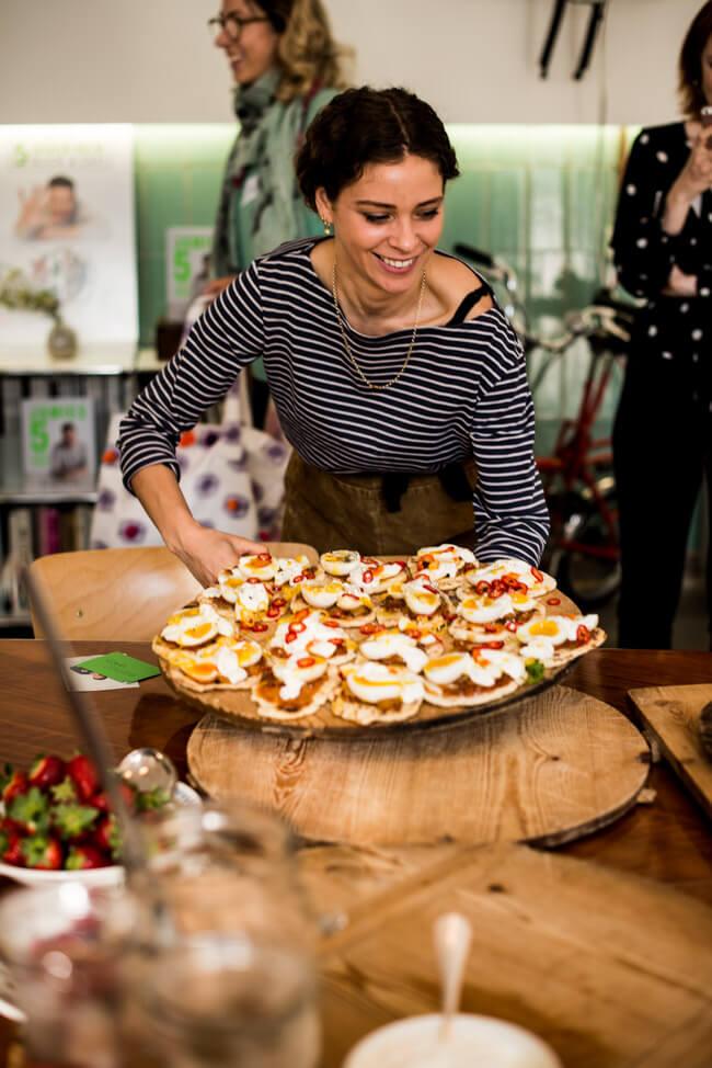 Rezept von Jamie Oliver Fladenbrot mit Mangochutney, Joghurt und Ei