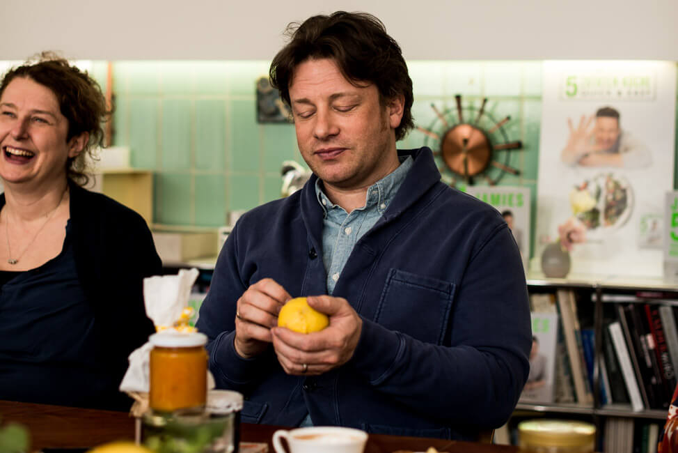 Jamie Oliver kratzt an einer Zitrone
