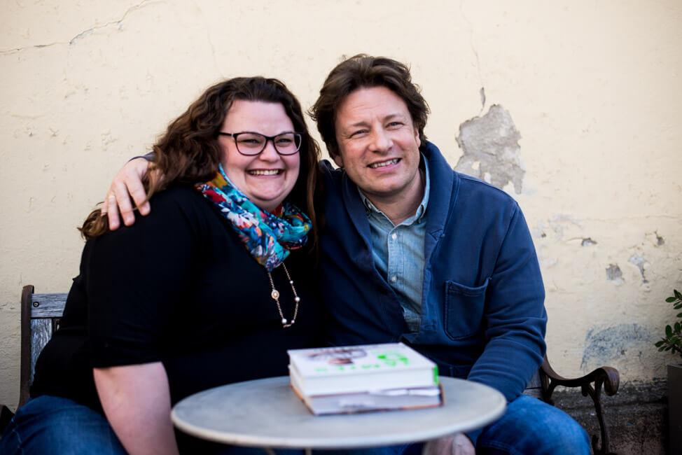 Jamie Oliver und Tina straheln in die Kamera
