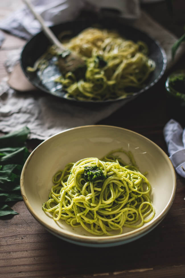 Portion Pasta mit Pesto