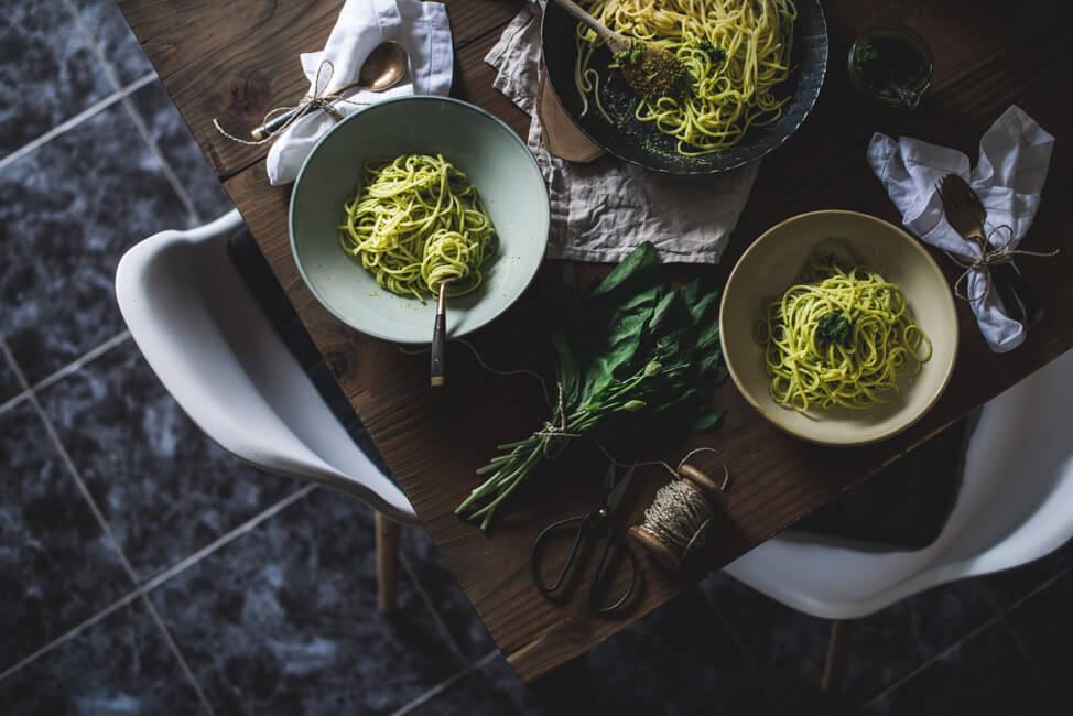 Foodfotografie im moody Style: Linguine mit Bärlauch Pistazien Pesto