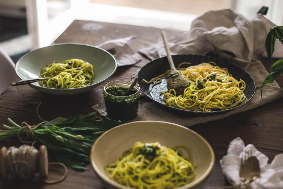 Foodfotografie im Gegenlicht Tisch mit Pasta und Pesto