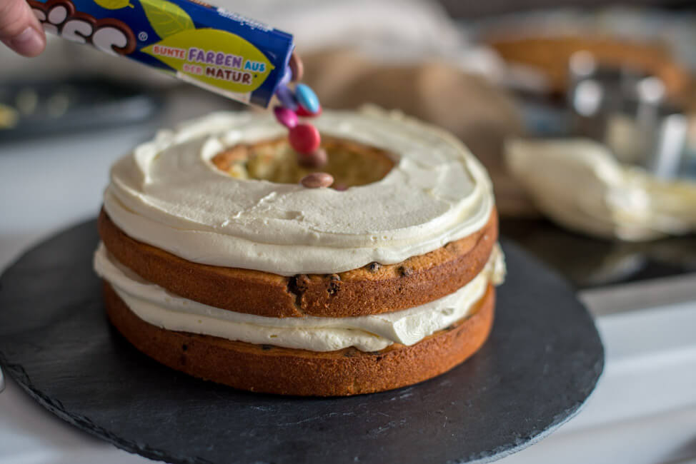 surprise inside cake smarties kindergeburtstag weiße schokoladen torte gefüllt mit bunten smarties