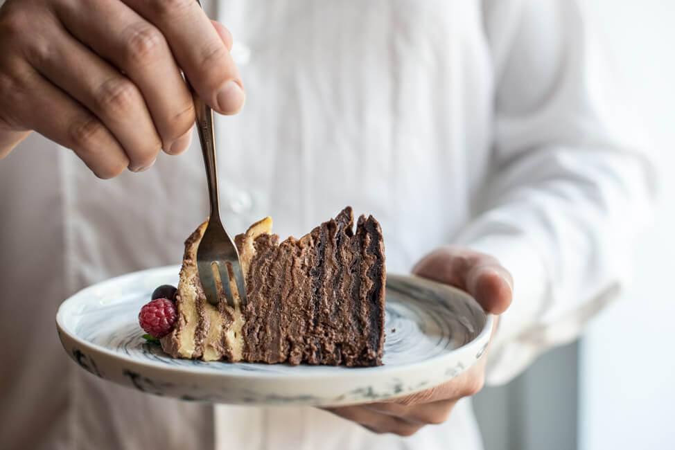 Ombre Schokoladen Waffel Torte auf Marmorteller