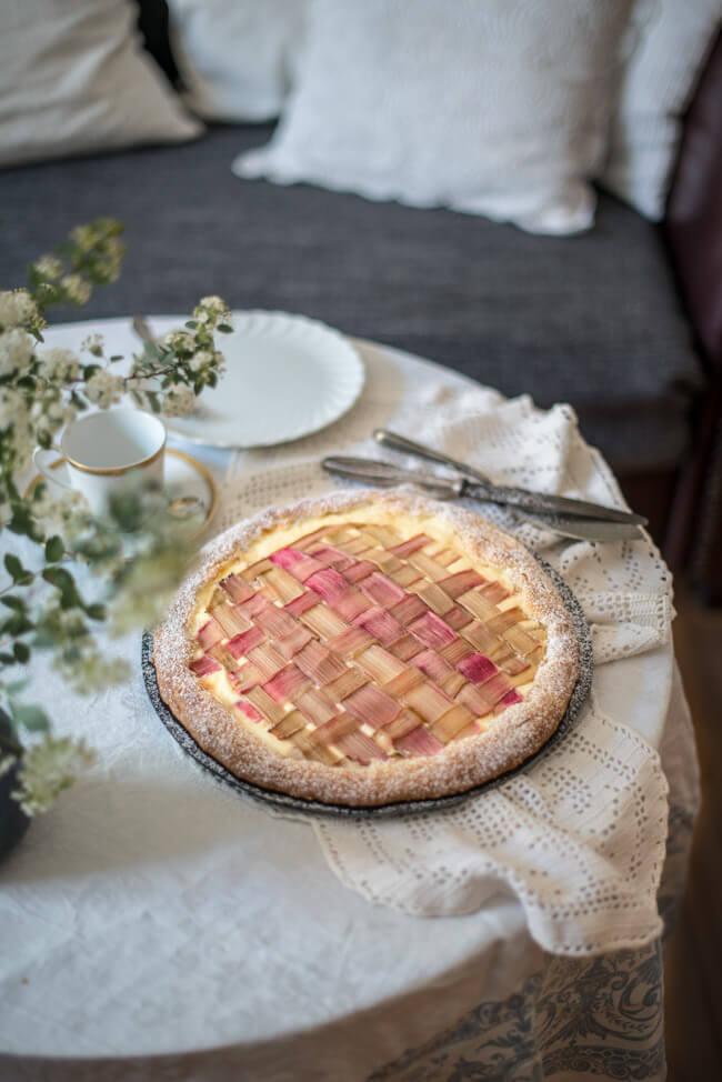 rhabarber galette cheesecake quarkfüllung kuchen caketime vintage wohnzimmer