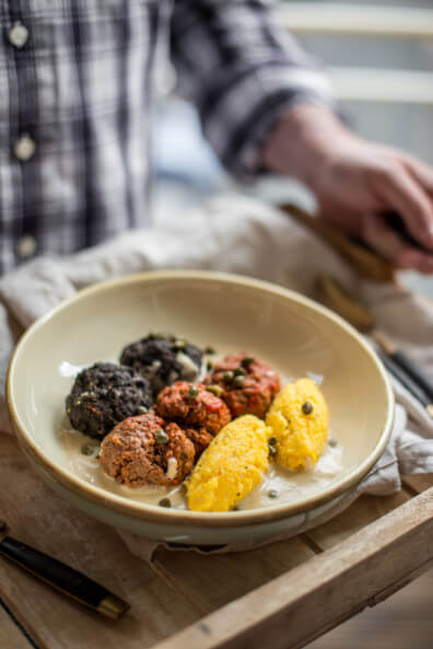 königsberger klopse mit polenta nocken tomaten klopse hackbällchen oliven kapern deutschland wm fußball flagge schwarz rot gold