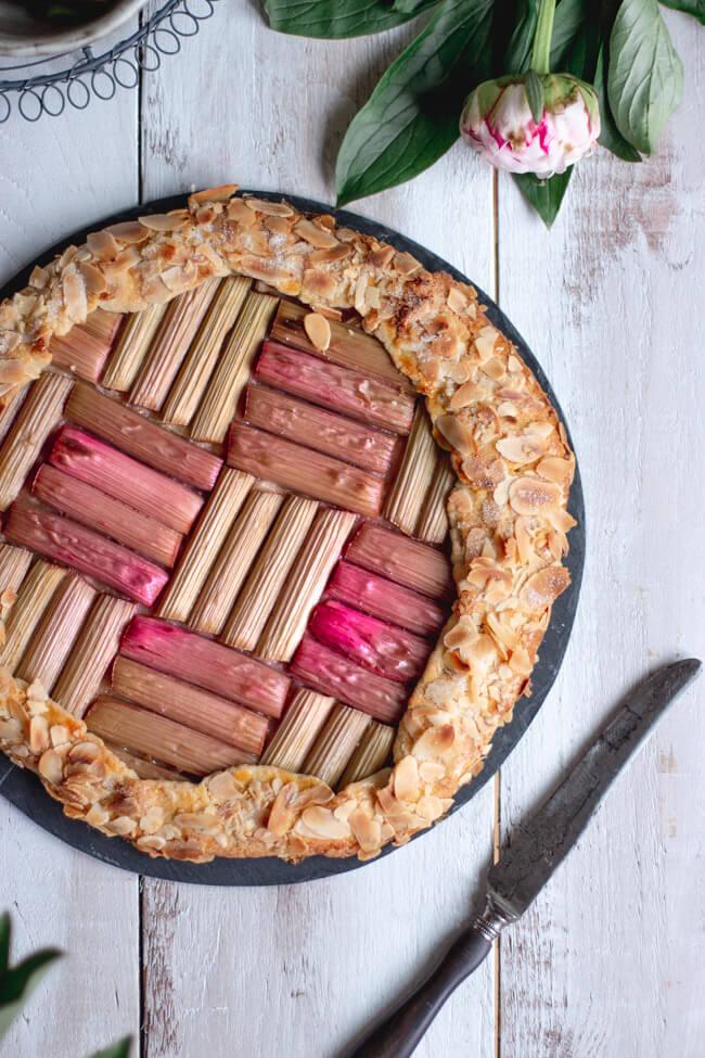 rhabarber mandel galette amaretto crostata linda lomelino foodfotografie pfingstrosen backen