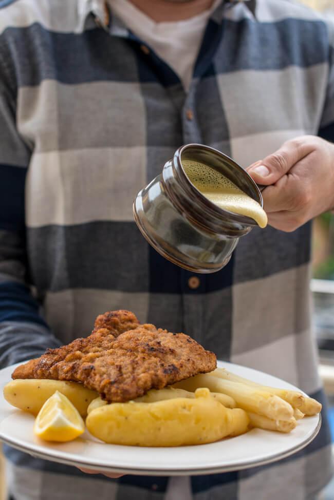 Wiener Schnitzel mit Spargel und Sauce Hollandaise