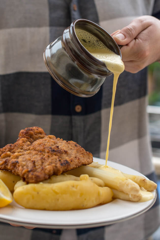 Wiener Schnitzel Kalbsschnitzel mit Spargel und Sauce Hollandaise
