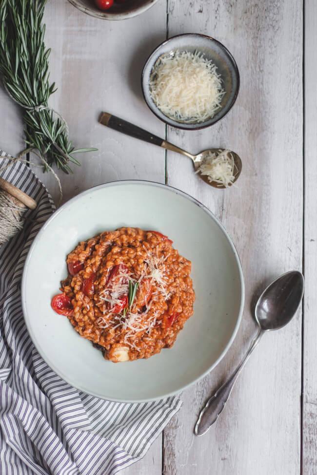 tomatenrisotto vegetarisch veggie reis risotto cherrytomaten tomatensaft getrocknete tomaten mediterran rosmarin parmesan