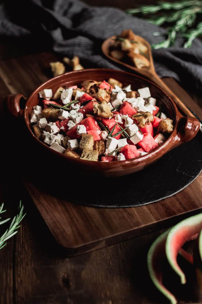 wassermelonen salat feta rosmarin brot croutons sommer beilage grillen bbq gemeinsam melone