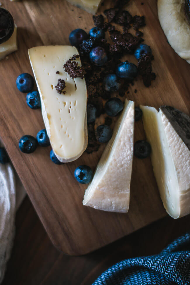 chäsplättli käseplatte käsedessert schweizer käse tomme vaudoise blaubeeren schoko crumble