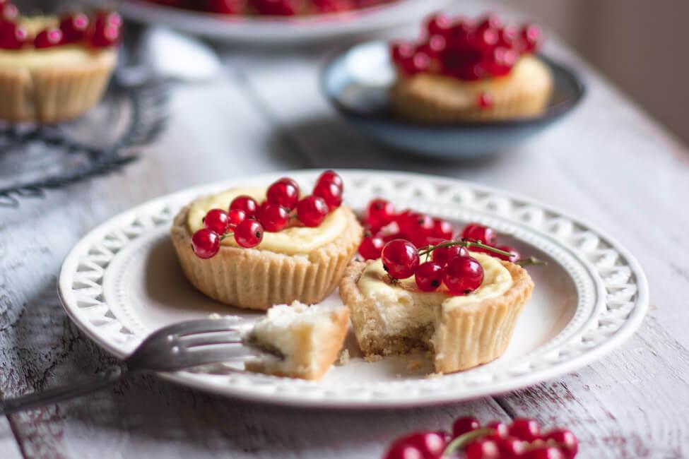 topfen quark törtchen käsekuchen cheesecake johannisbeeren vanille zitrone tarteletts