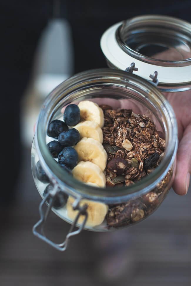granola ohne zucker selbst machen im ofen rösten geröstet kakao schokolade feigen aprikosen mit joghurt blaubeeren banabe unterwegs mealprep togo