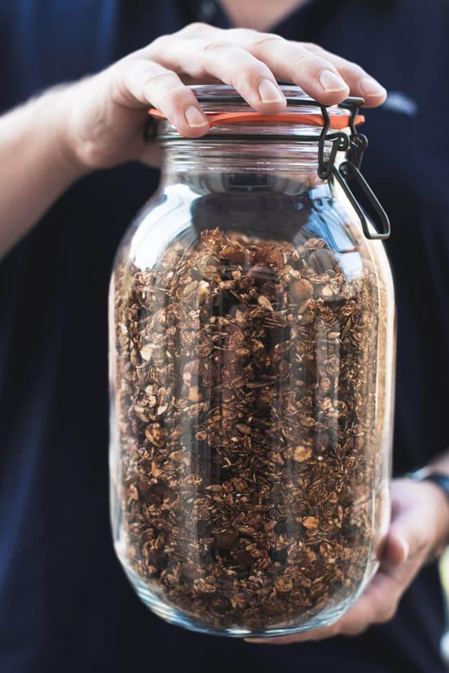 Ein Glas voller Granola ohne Zucker