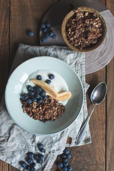 granola ohne zucker selbst machen im ofen rösten geröstet kakao schokolade feigen aprikosen mit joghurt blaubeeren banabe