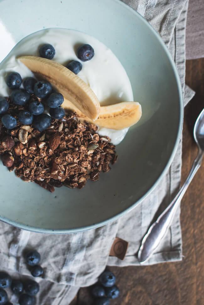 Granola mit Joghurt, Banane und Blaubeeren