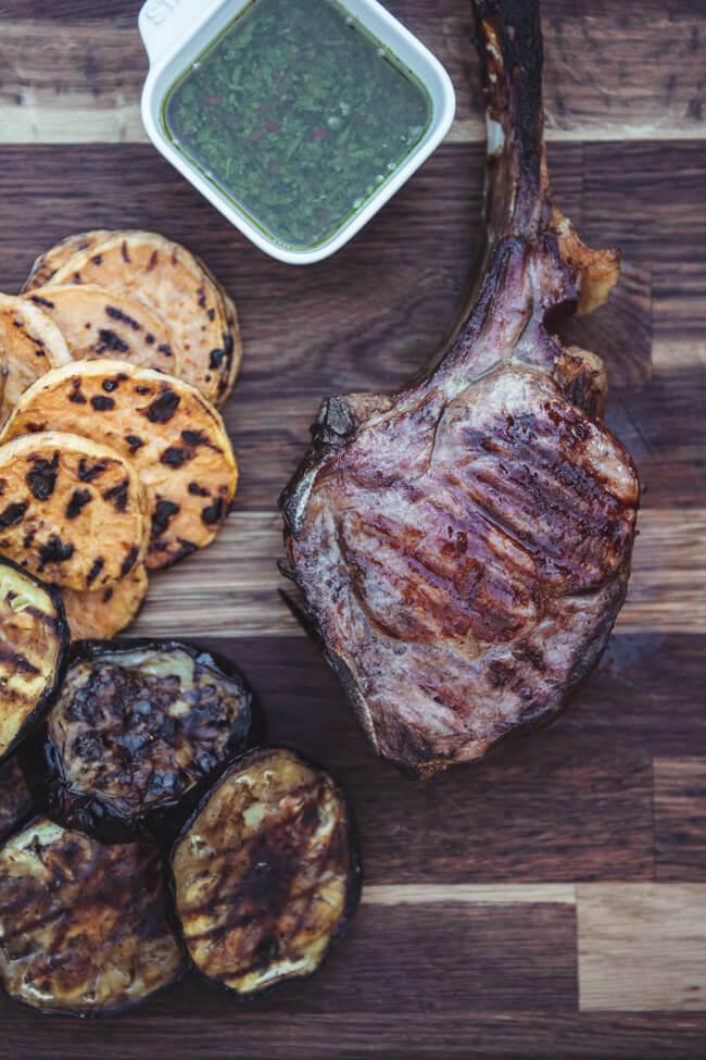 tomahawk steak kalb grill bbq napoleon rogue gasgrill brillen fleisch steak gegrillte süßkartoffel aubergine chimichurry dip