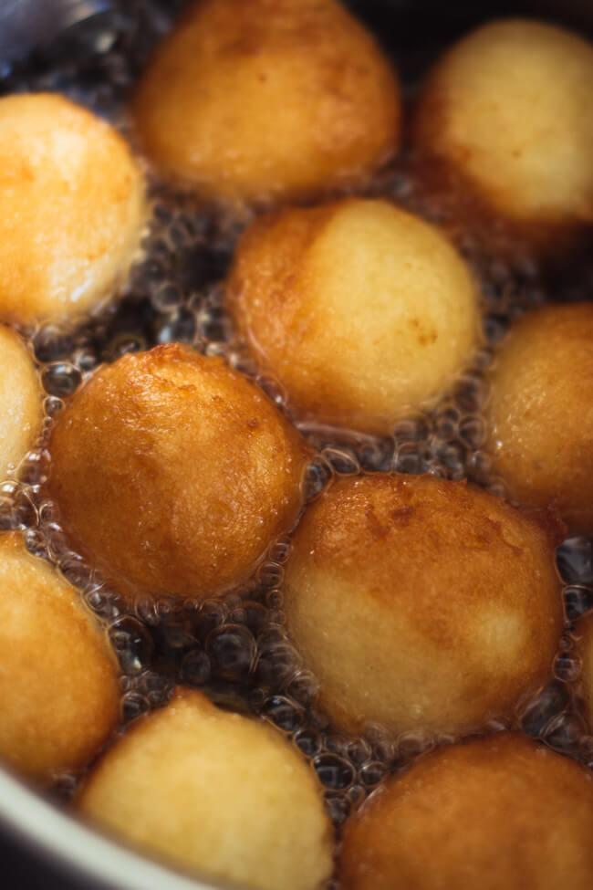 Quarkbällchen frittieren im Öl schwimmen einfach lecker Quarkgebäck selbst machen selber goldbraun zimt zucker wälzen