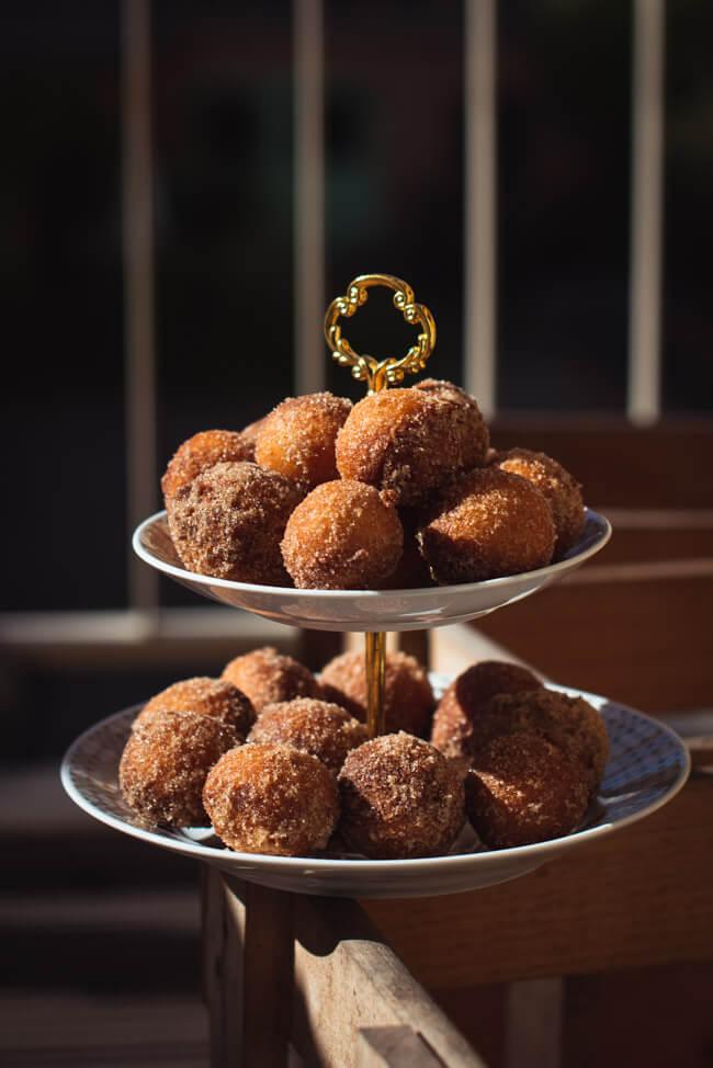 Quarkbällchen frittiert in zimt zucker gewälzt snack süß süßigkeit traditionell hergestellt Rezept