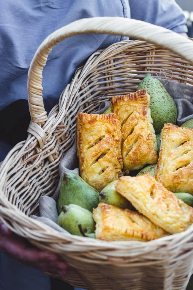 Blätterteig Gebäck Birnentaschen Apfeltaschen einfach Birnenfüllung Birne Zucker korb