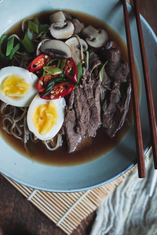 ramen rindfleisch ei pilze nudeln japan china suppe schnell einfach chili
