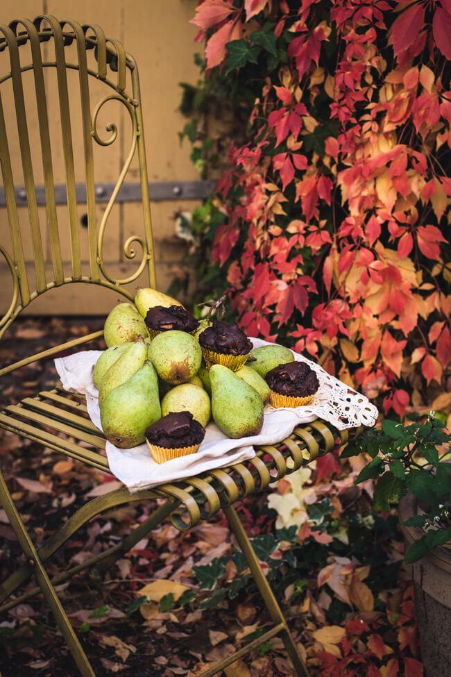 Schokolade Birne Muffins Schokomuffins Kuchen einfach schnell klein Buffett vintage herbstlaub foodfotografie