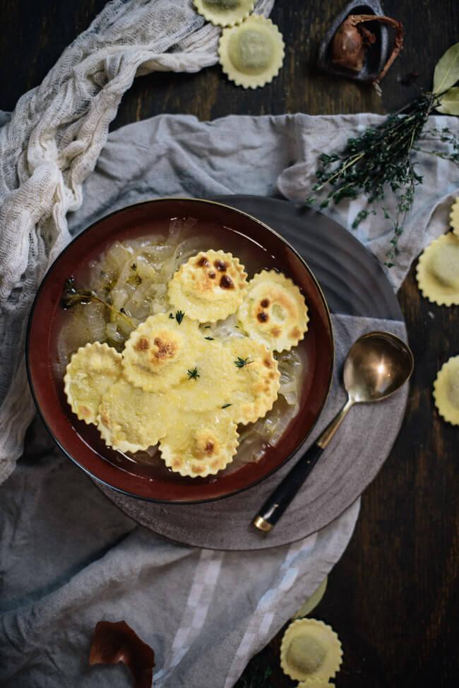 Französische Zwiebelsuppe mit gratinierten Tortellini