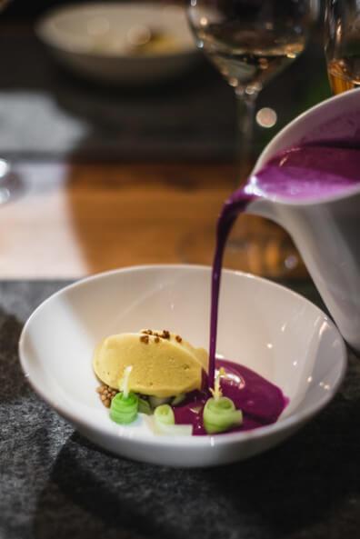 supperclub highfoodality henkell sektkellerei uwe spitzmüller serviert rotkohl gazpacho senfeis gurke