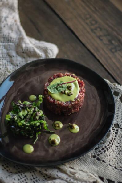 Beef Tartar Kürbismayonnaise frittierte Kapern Salat