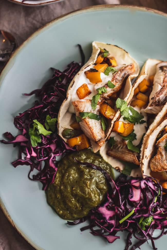 Fisch Tacos Kiwi Salsa Rotkohl Tabasco Chipotle Maismehl Mexikanisch topshot