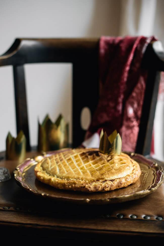 Galette des Rois Dreikönigskuchen mit Mandeln Butter Krone