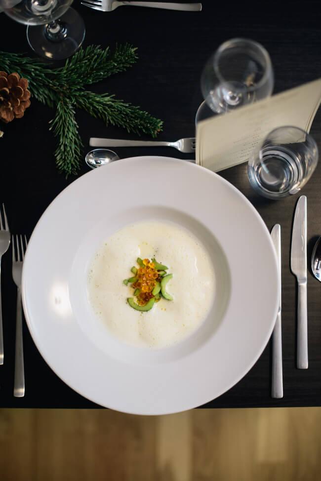 Weihnachtsmenü Suppe Knoblauchsud geschmorte Gurken Forellenkaviar Schaumsüppchen Cremesuppe