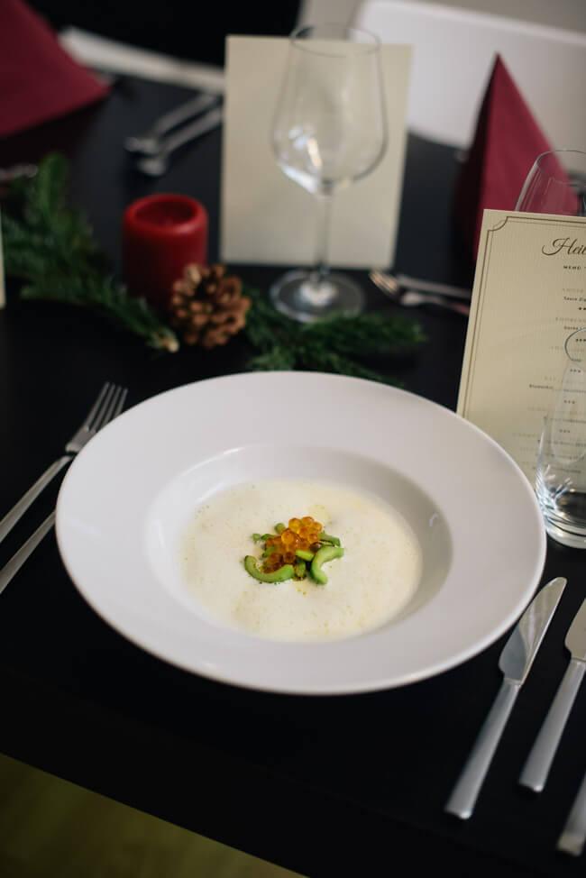 Weihnachtsmenü Suppe Knoblauchsud geschmorte Gurken Forellenkaviar Schaumsüppchen
