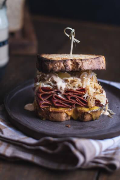 Reuben Sandwich mit Pastrami New York Style Steinhaus Gurkenrelish