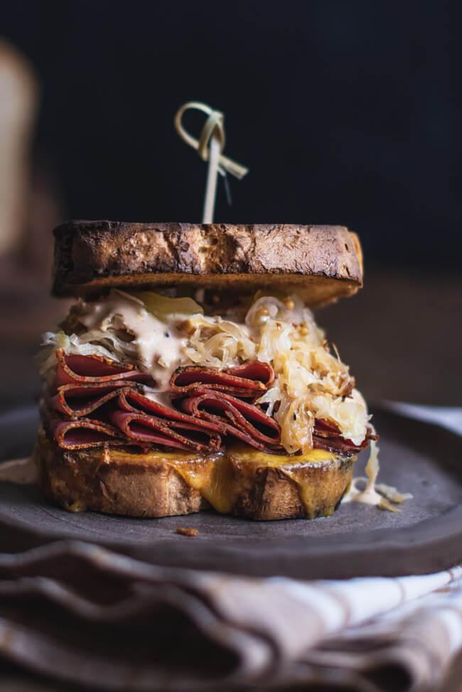 Reuben Sandwich mit Pastrami New York Style Gurkenrelish