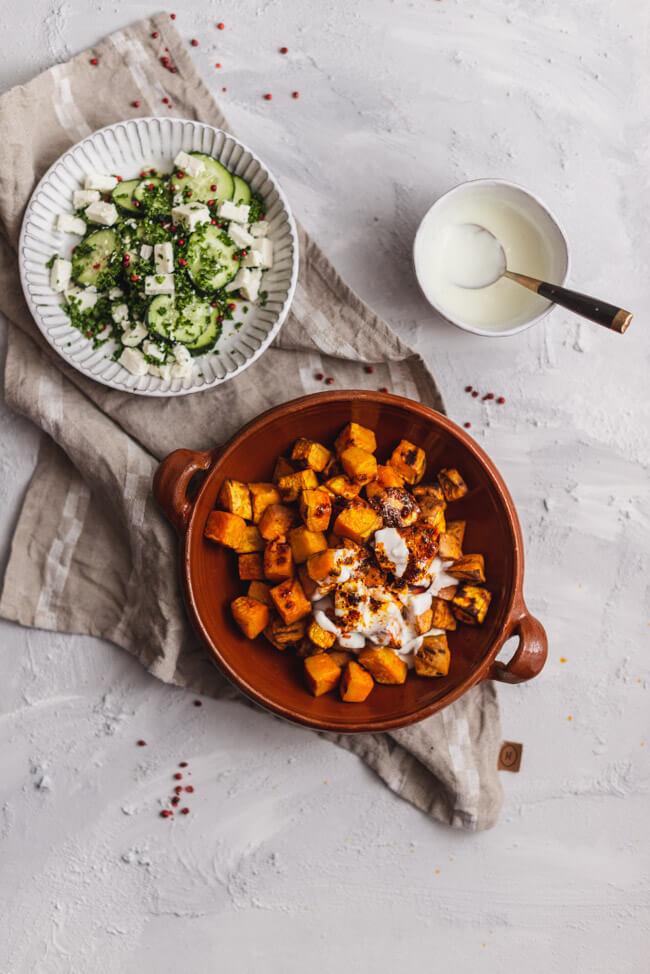 Süßkartoffel mit Gurkensalat, Knoblauch-Joghurt und Paprika-Minz-Sauce