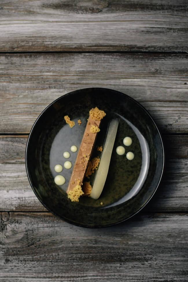 Weihnachtsmenü Dessert Schokoladenparfait pochierte Birne Tonkabohne Streusel weiße Schokoladensauce