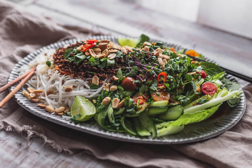 Asiatischer Reisnudel-Salat mit knusprigem Rindfleisch und Erdnüssen