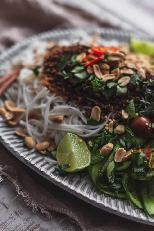 Asiatischer Reisnudel Salat mit knusprigem Rindfleisch und Erdnüssen Asia Koriander chinesisch kalorienarm Jamie Oliver Superfoods Nudelsalat Nudeln glutenfrei lactosefrei gesund healthy lowcarb