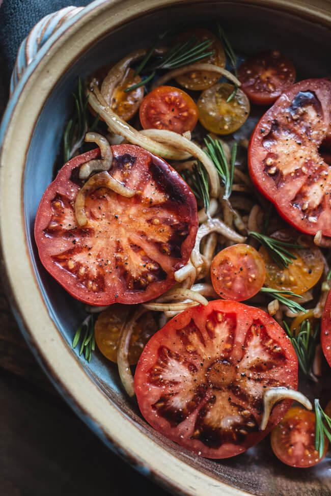 Ofentomaten Fleischtomaten Cherrytomaten im Ofen gebacken Balsamico Zwiebeln Rosmarin vegan einfach schnell Ofengericht